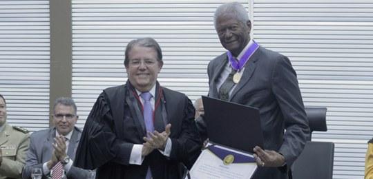Resultado de imagem para Edvaldo Brito homenageado com a Comenda Jatahy Fonseca
