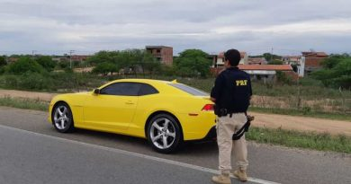 Camaro amarelo é flagrado pela PRF com débitos na documentação veicular e dirigido por condutor sem habilitação em Capim Grosso