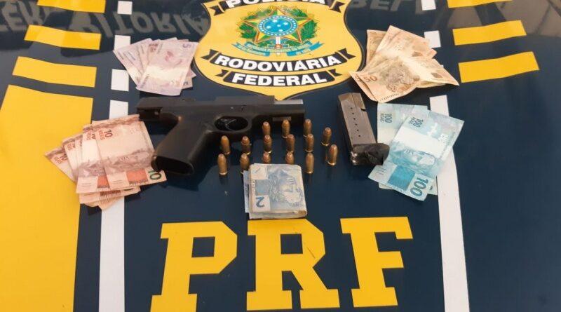 Após abordagem, PRF apreende pistola, munições e prende foragido da justiça no Extremo Sul da Bahia