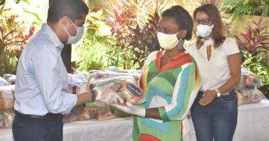 Prefeitura firma convênio e entrega cestas ao Projeto Axé