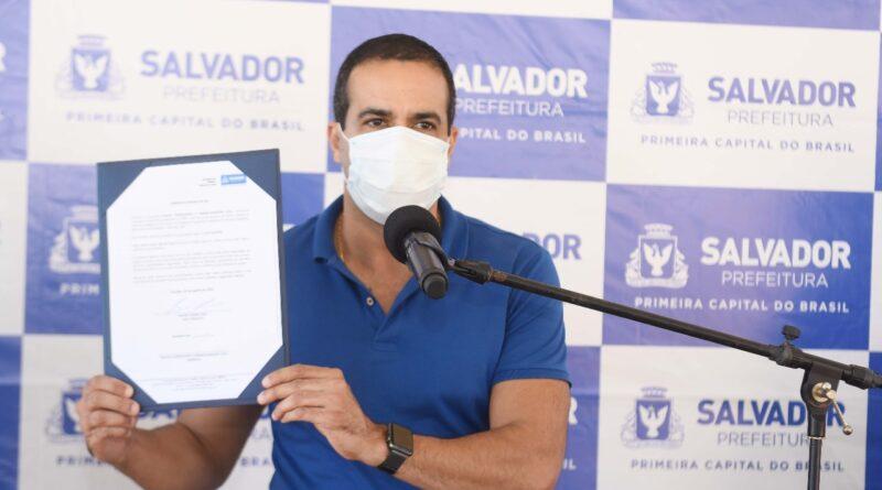Prefeitura entrega contenção de encosta e autoriza reforma de campo no Subúrbio