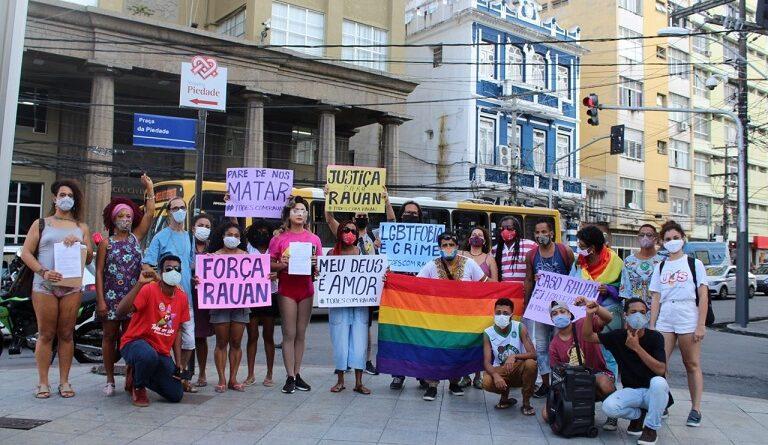 Em ato na SSP-BA, manifestantes pedem justiça por Rauan