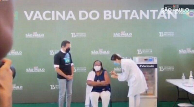 Mulher, negra e enfermeira é primeira no Brasil a receber dose de vacina contra covid-19