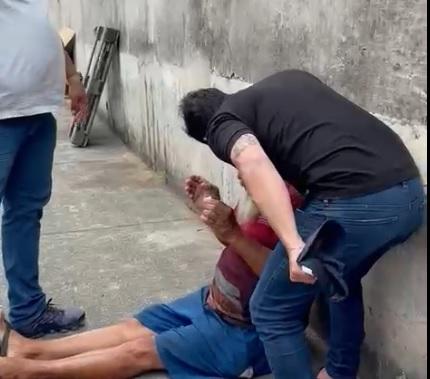 Deputado localiza homem acusado de dar paulada na cabeça de animal em Salvador; Veja as imagens