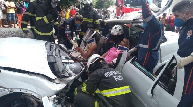 Bombeiros resgatam vítimas presas em carro atingido por árvore